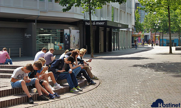 Jóvenes conectados a Internet con el móvil