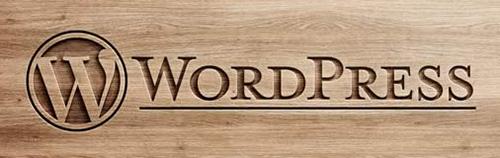 Logo de WordPress grabado en madera