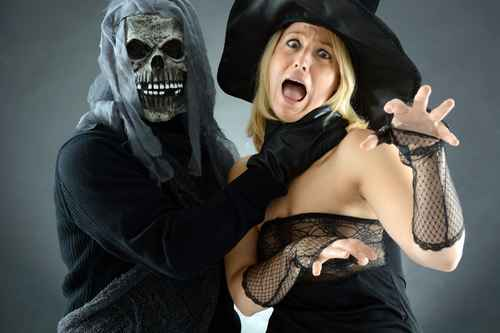 Zombie würgt Hexe zu Halloween